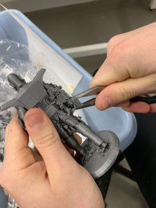 3D-mallinnoksen ja -tulostuksen tukien poiston viimeistely.
