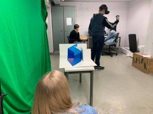 Makerspacessa työskentelyä VR-laitteilla